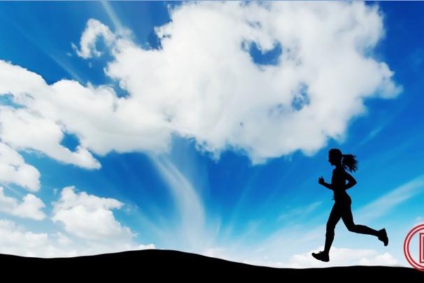 Eine Läuferin pflegt eine gute Ernährung und Bewegung und rennt vital im Sonnenaufgang
