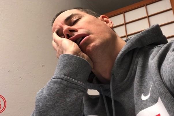 Mann der am Pult aufgestützt schläft