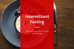 Teller mit Wecker als Sinnbild mit Imtermittent Fasting zum Traumkörper